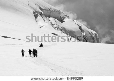 People descending a dangerous way near to the crevasses