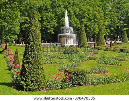 PETERHOF, RUSSIA - JUNE 11, 2008: A view of the Roman fountain and a flower bed in Nizhny park