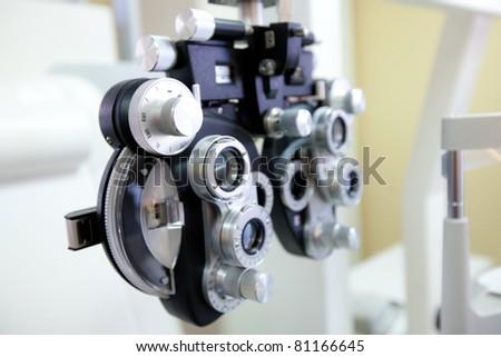 phoropter - medizinisches gerät zur untersuchung der sehstärke beim augenarzt und optiker - stock photo