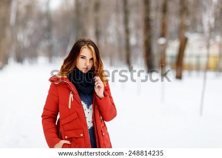 Photo beautiful woman in winter park. - stock photo