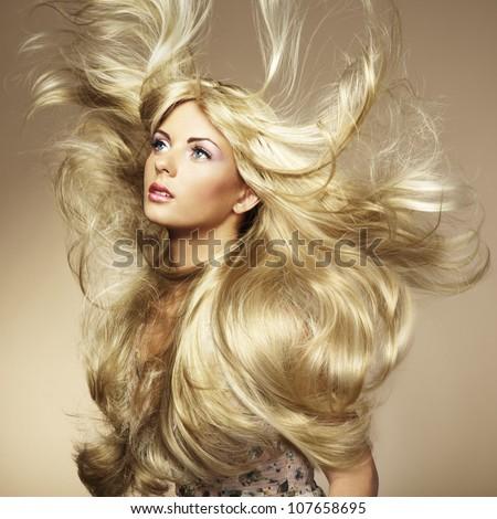 Hình ảnh của người phụ nữ xinh đẹp với mái tóc tuyệt đẹp.  thời trang ảnh