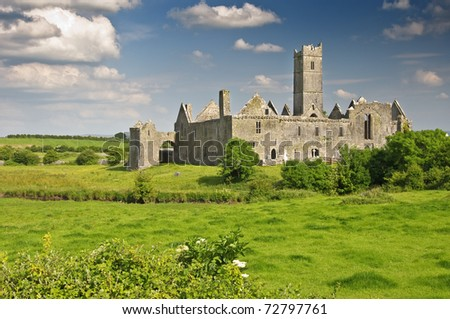 photo scenic ancient irish castle in county clare, ireland