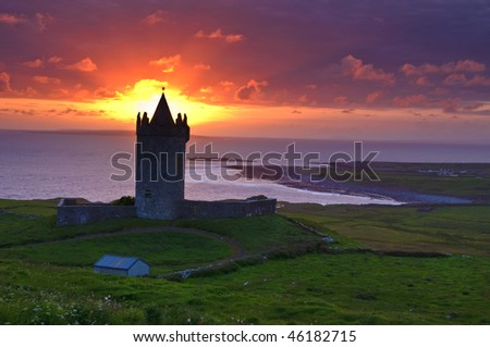 photo sunset of a ancient castle in the west coast of ireland. doolin coast coastal seascape landscape sunset in county clare ireland. beautiful epic irish sunset with historical castle.