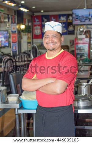 Photos cheerful cook with tray in hand