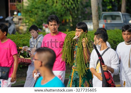 PHUKET, THAILAND - OKTOBER 2015: A typical scene of Thai Chinese worshipers waiting for the parade of the Phuket Vegetarian Festival in Phuket Town