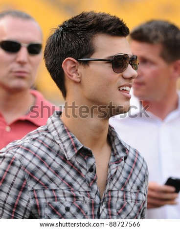 PITTSBURGH, PA - AUGUST 15:  Actor Taylor Lautner visits the sidelines prior to the Pittsburgh Steelers / Atlanta Falcons football game at Heinz Field in Pittsburgh, PA on August 15, 2011.