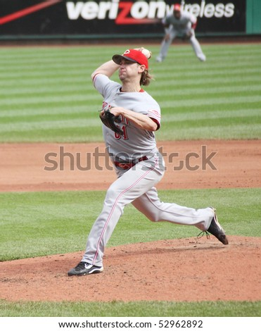 PITTSBURGH - SEPTEMBER 24: Bronson Arroyo, Cincinnati Reds pitcher delivers a pitch against Pittsburgh Pirates on September 24, 2009 in Pittsburgh, PA.