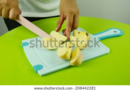 Place sliced ??fruit with a knife.
