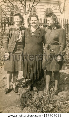 POLAND, CIRCA FORTIES: Vintage portrait of three women
