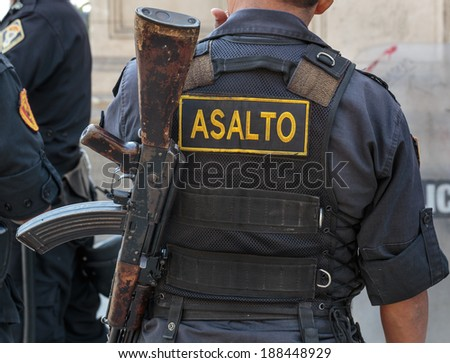 police back with asault fusil in LIMA PERU