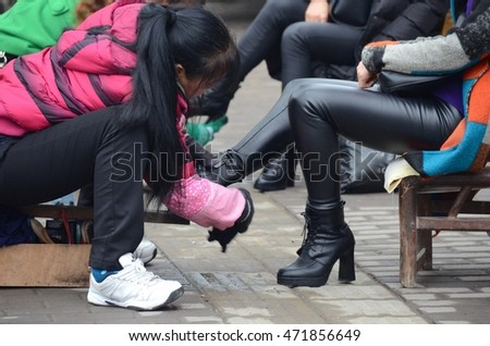 Polishing shoes occupation in china