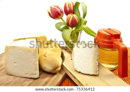 Portions of cheese and honey of different qualities