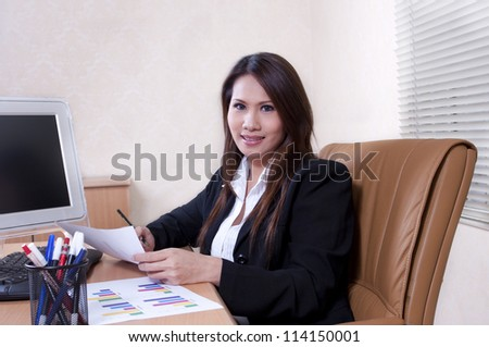 portrait business woman with smiling expression in the office