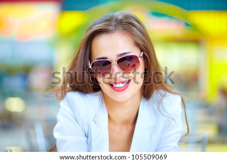 Portrait of a cool urban lady wearing sunglasses