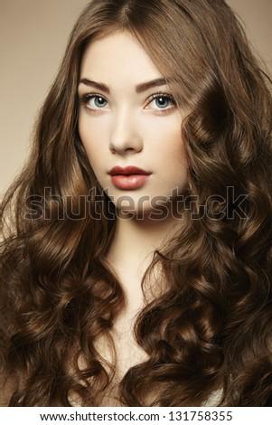 Chân dung người phụ nữ trẻ đẹp với mái tóc xoăn.  thời trang ảnh