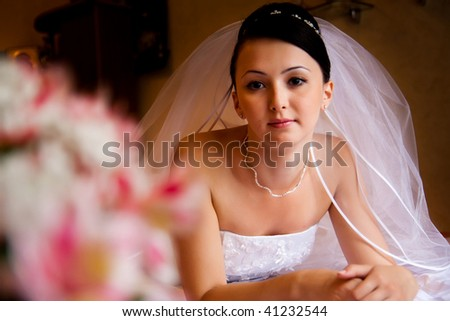 portret of bride lying on the bed