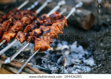 Preparation of meat slices in sauce on fire