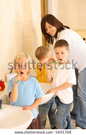 preschoolers in bathroom - clean teeth