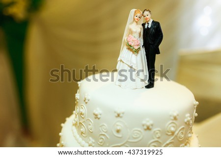 Pretty figures of newlyweds as an element of wedding cake decoration