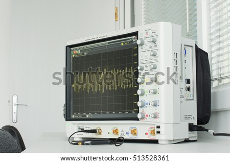 Professional digital oscilloscope with loop antenna