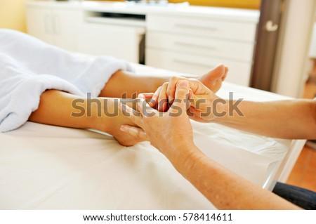 điều trị massage bấm huyệt chuyên nghiệp tại spa chăm sóc sức khỏe ngày