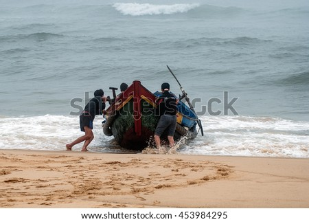 QUANG BINH, Vietnam, July 12, 2016 fishermen Quang Binh, Vietnam, push the fishing boats set sail