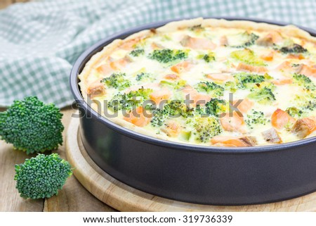 Quiche with salmon, cheese and broccoli