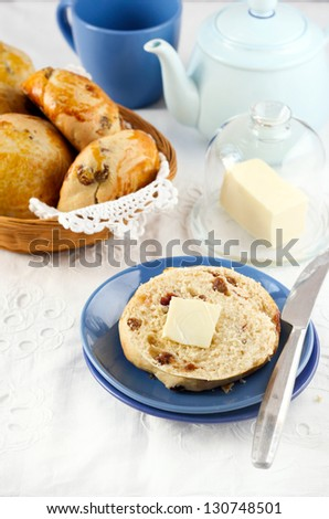 Raisin teacakes served with butter