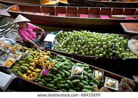 RATCHABURI, THAILAND - AUGUST 28: Fruit boats at Damnoen Saduak floating market on August 28, 2010 in Ratchaburi, Thailand. Damnoen Saduak is a very popular tourist attraction in Thailand.