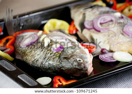 Raw fish with onion and pepper slices