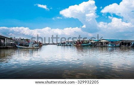 RAYONG - OCTOBER 17 : Fishing boats stand in the harbor To transport fish from the boat to the market on October 17, 2015 in Rayong, Thailand.