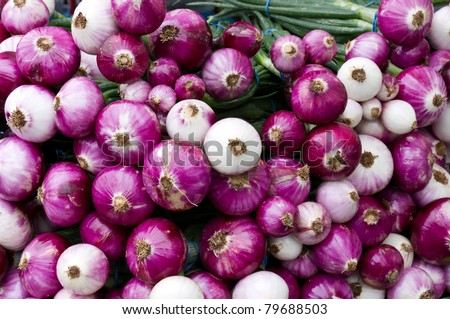 Red and white onions on display at the farmer's market