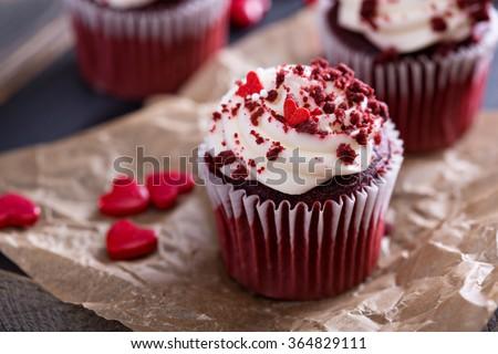cupcakes nhung đỏ với đồ trang trí cho Valentine