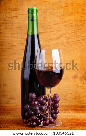 red wine and grapes on a wooden background