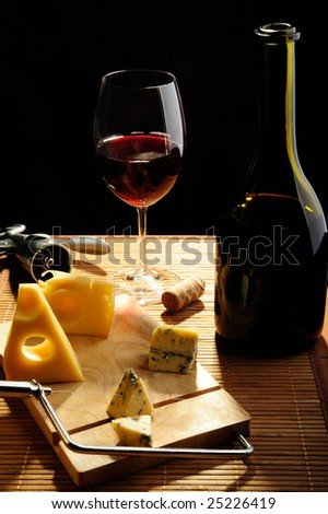 Red wine with slices of cheese