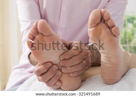 bấm huyệt massage chân