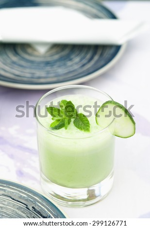 Refreshing and healthy cucumber/mint smoothie