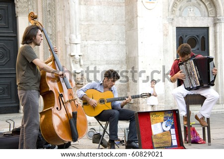 REGGIO, ROMAGNA, ITALY - AUGUST 22: country band perform in the street at Buskers. They are a street artists. the Buskers Fest celebrate its 10th anniversary on August, 2010 in Reggio, Romagna, Italy - stock photo