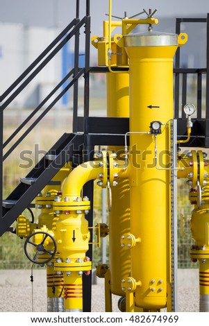 Regulating station with pressure regulating valves