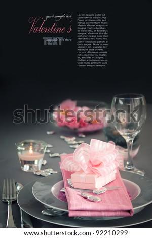 hàng loạt nhà hàng.  ngày ăn tối Valentine với thiết lập bảng trong trang trí mùa lễ tim màu hồng và màu xám và thanh lịch