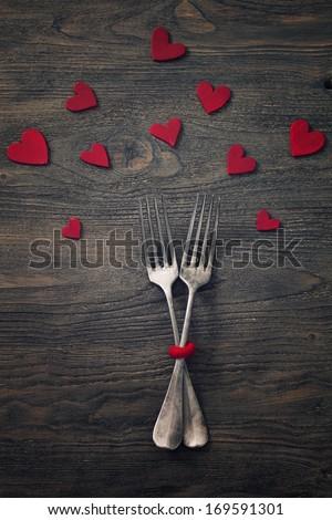 hàng loạt nhà hàng.  ngày ăn tối Valentine với thiết lập bảng theo phong cách mộc mạc với dao kéo gỗ