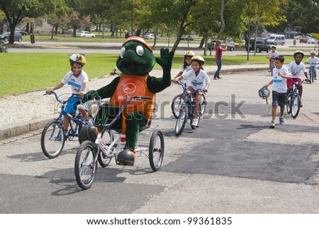 RIO DE JANEIRO - MARCH 31: An unidentified children's group from Brazil rides with the mascot Biklas in the event Kids Bike Tour on March 31, 2012 in Rio de Janeiro, Brazil