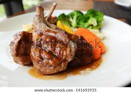 Roasted lamb with tomato sauce and fresh vegetables