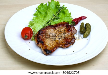 Roasted pork with pepper and salad leaves
