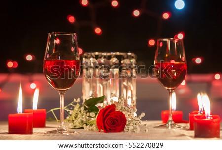 Bữa tối lãng mạn.  Tập trung vào bông hồng đỏ.