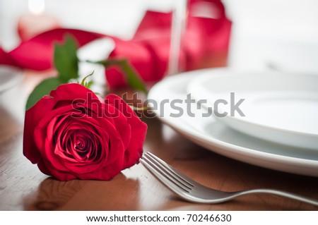 thiết lập bữa ăn tối lãng mạn với hoa hồng và rượu sâm banh kính