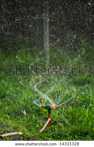 Rotating irrigation system throwing water drops away