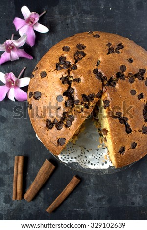 Round chocolate chips cake