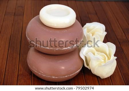 Runde Seife und Seifenblüten - stock photo
