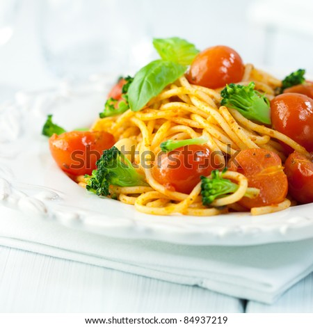 Rustic spaghetti with cherry tomatoes and broccoli